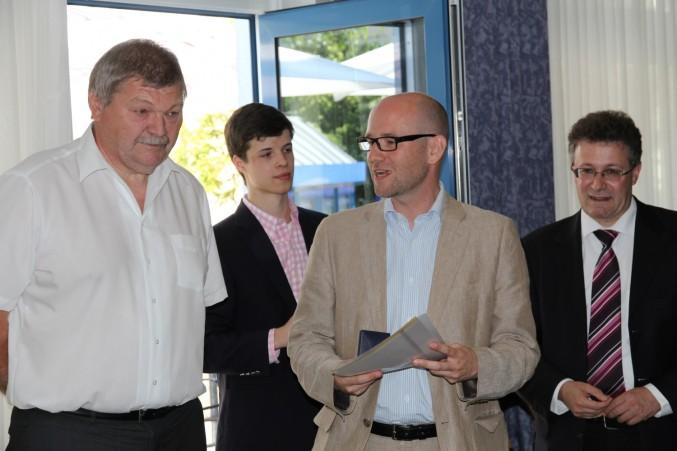 Dr. Peter Tauber (MdB) überreicht Burkhard Kornherr die Kanzlermedaille