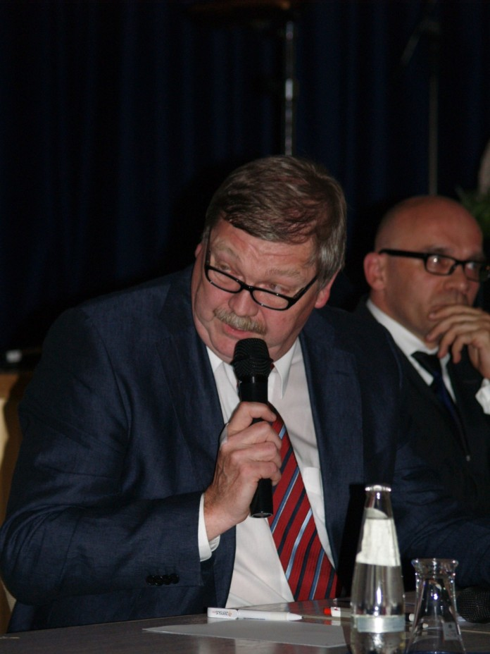 Herr Burkhard Kornerr (Moderator) und Herr Dr. Stefan Ulreich (E.ON AG)